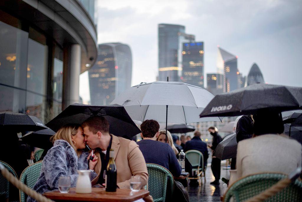 Od połowy kwietnia restauracje mogą obsługiwać gości przy stolikach na zewnątrz. Londyn, restauracją w pobliżu Tower Bridge , 03.05.2021 r.