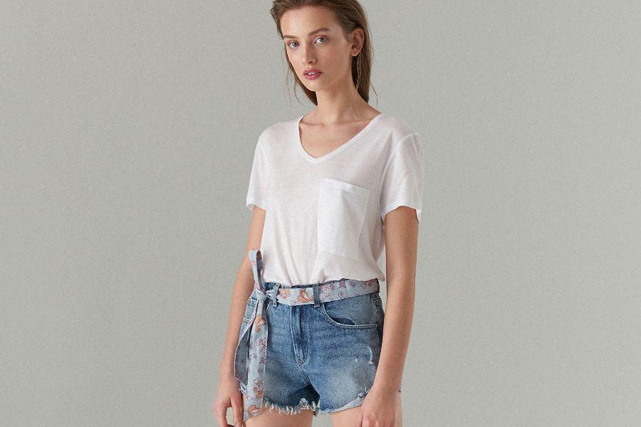 Jeansowe szorty zestawiaj z prostą, białą koszulką