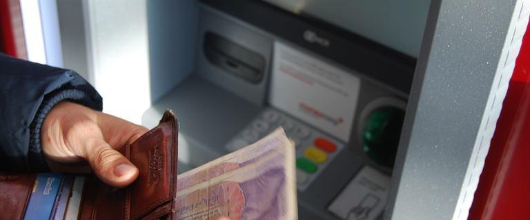 Santander ostrzega przed oszustami. Na co zwrócić uwagę przy bankomacie?