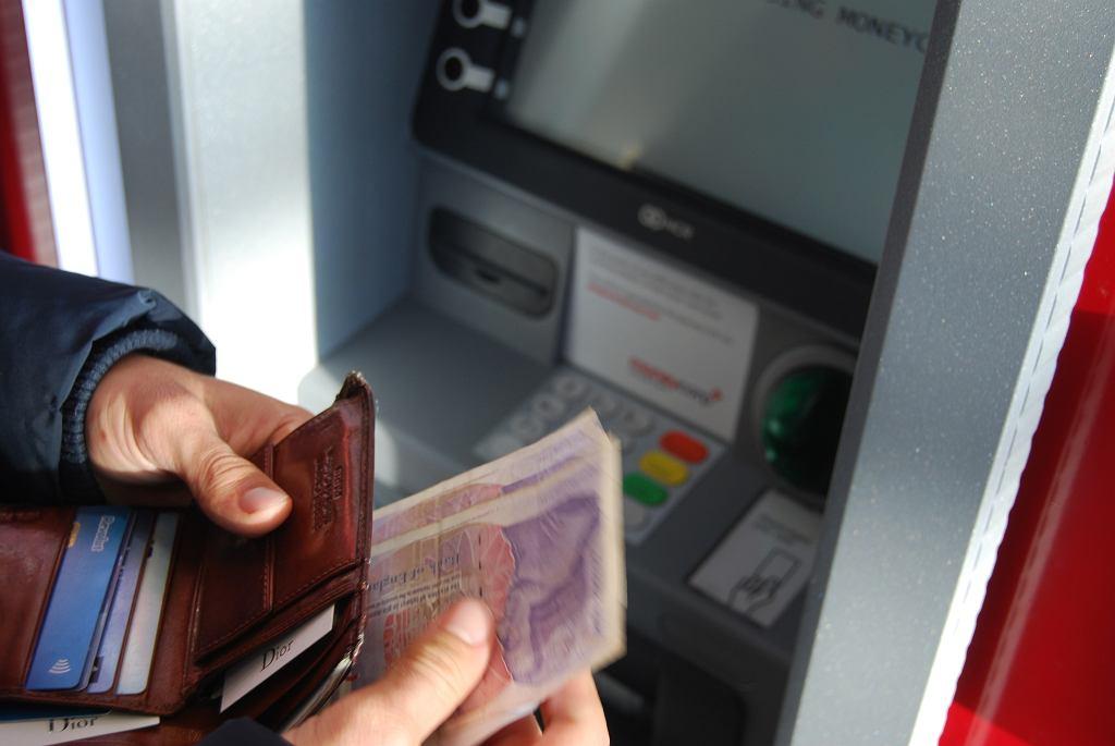 Santander Bank Polska ostrzega przed bankomatami przerobionymi przez oszustów