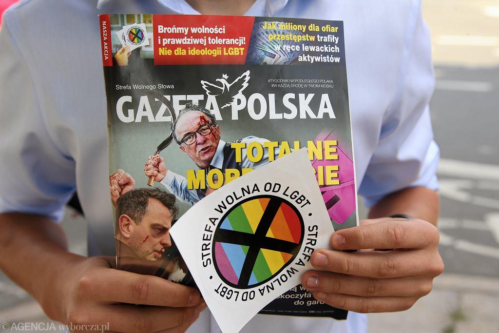 'Gazeta Polska' i naklejka 'Strefa wolna od LGBT'