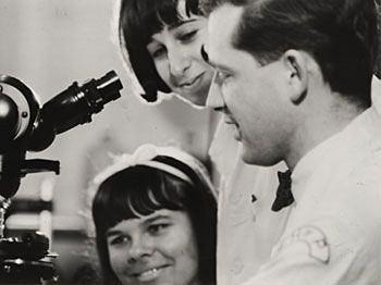 Harald zur Hausen w 1967 roku, w laboratorium szpitala dziecięcego w Filadelfii z dwiema techniczkami.