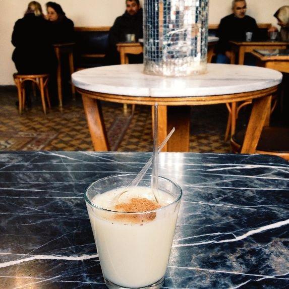 Boza - tradycyjny napój-deser z fermentowanej kaszy jaglanej w Vefa Bozacisi.