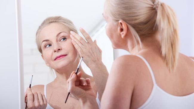 Makijaż, który odmłodzi optycznie nawet o 10 lat. Efekt cię zaskoczy