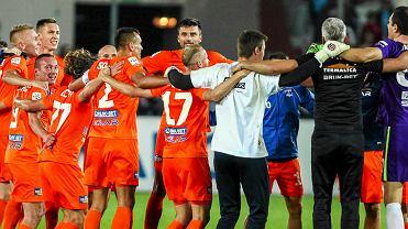 Radość piłkarzy Termaliki po meczu z Cracovią