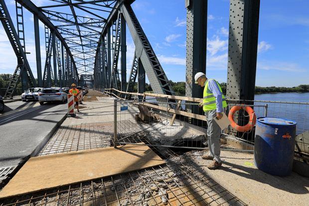 Zdjęcie numer 2 w galerii - Dziennikarze sprawdzali, jak przebiega rozbudowa starego mostu za 123 mln zł [GALERIA]