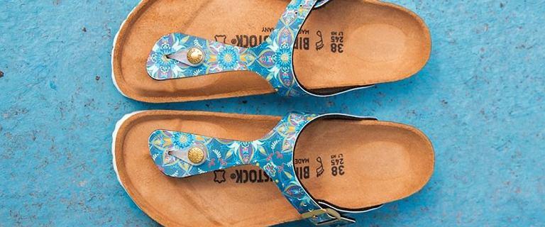Ta marka jest ekspertem od zdrowia stóp. Jej kultowe klapki z szerokimi paskami kupisz teraz taniej do 74%!