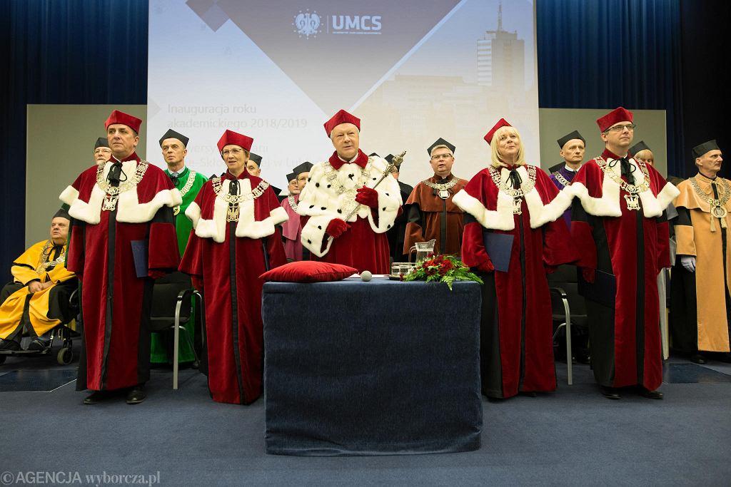 Uroczysta inauguracja roku akademickiego na UMCS, podczas której rektor uczelni wręczył nagrodę im. Jerzego Giedroycia Jerzemu Kochanowskiemu