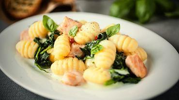 Gnocchi z łososiem, suszonymi pomidorami i szpinakiem