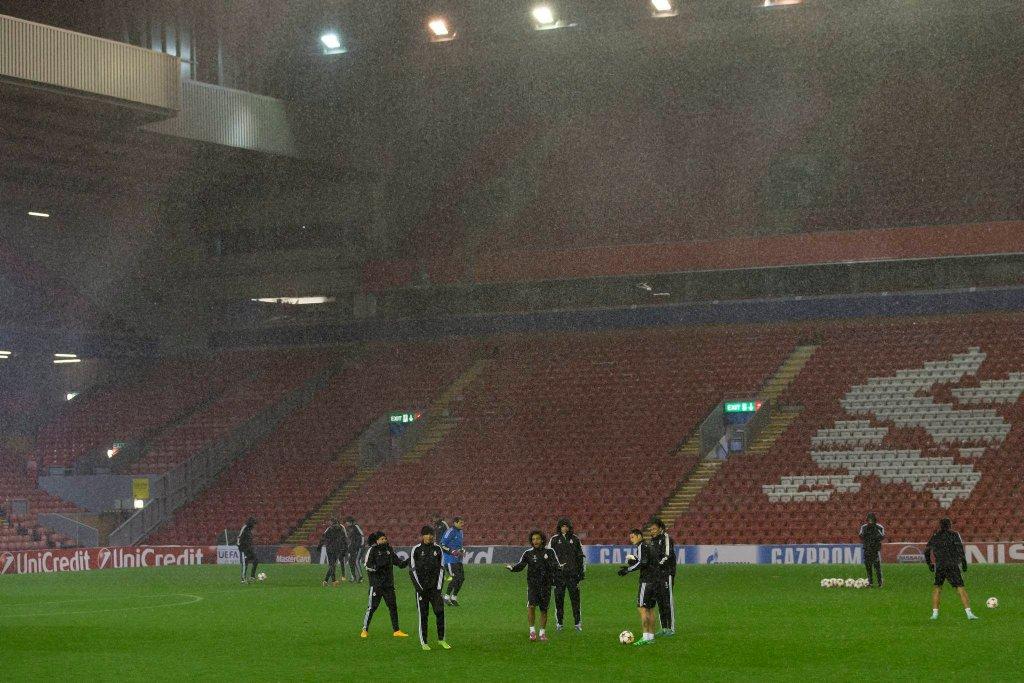 Piłkarze Realu Madryt trenują w deszczu na Anfield Road