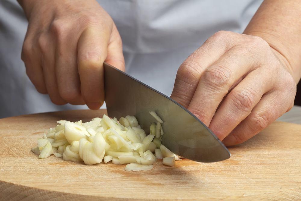 Zapach czosnku i cebuli pozostaje na dłoniach przez długi czas po ich krojeniu