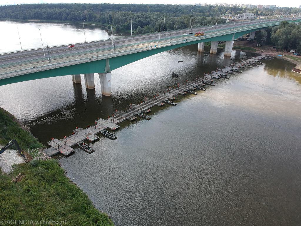 Most pontonowy przez Wisłę, zbudowany, by położyć tymczasowy rurociąg do Czajki w Warszawie
