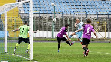 Poprzednio oba zespoły zmierzyły się w sierpniu 2013 r., a pojedynek rozgrywany na stadionie przy alei Piłsudskiego zakończył się remisem 1:1. Wynik otworzył wówczas Grzegorz Piesio, ale gospodarzom udało się doprowadzić do wyrównania po golu Pawła Głowackiego.