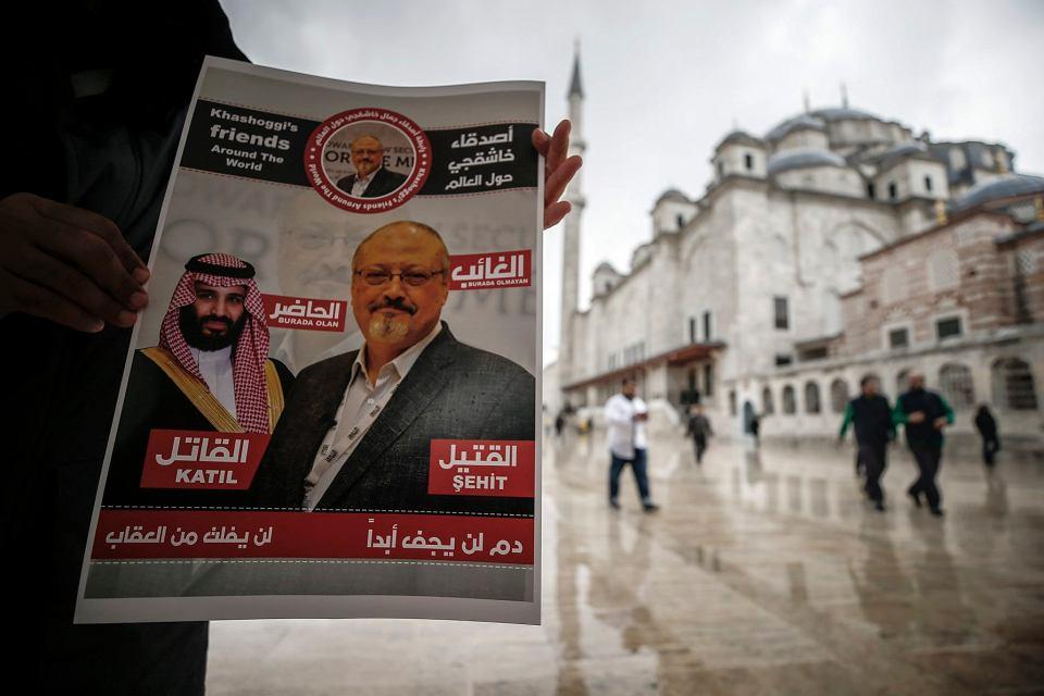 Plakat przedstawiający wizerunki saudyjskiego księcia Muhammada ibn Salmana i zamordowanego dziennikarza Dżamala Khashoggiego, opisujący księcia jako 'zabójcę', a Khashoggiego jako 'męczennika', Stambuł, 16 listopada 2018 r.