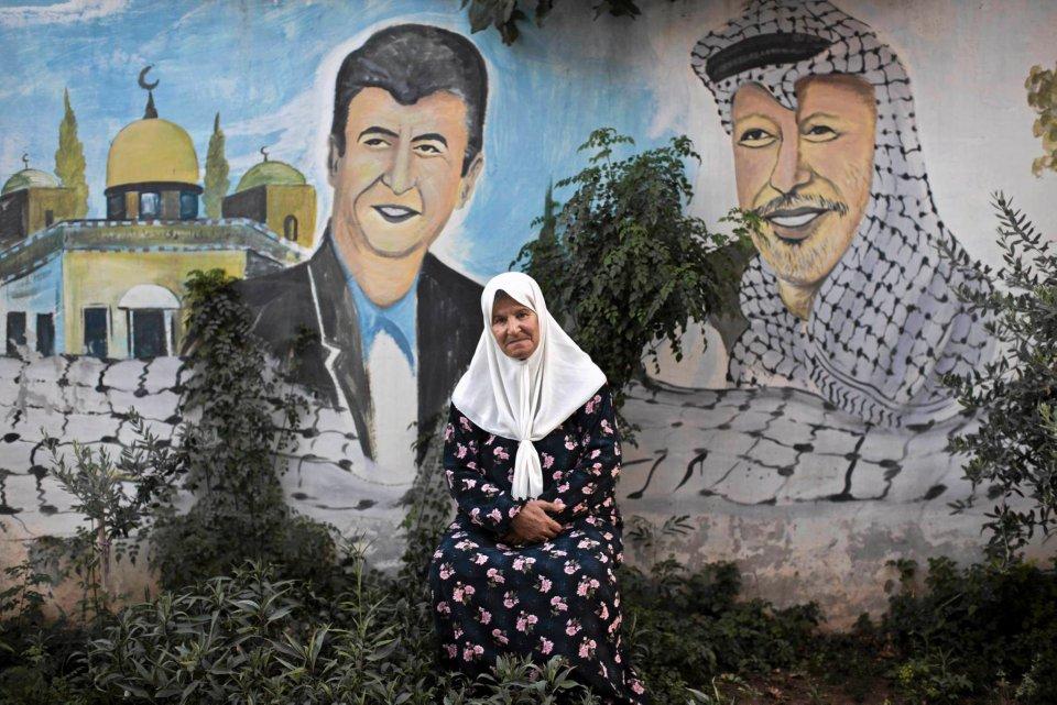 Według danych ONZ w 1948 roku podczas wojny izraelsko-arabskiej dach na głową straciło ponad 700 tysięcy Palestyńczyków. Dziś wysiedleni i ich potomkowie to ponad 5 milionów osób zamieszkujących tereny Zachodniego Brzegu, Strefy Gazy, Jordanii, Syrii i Libanu. Mimo podeszłego wieku część z nich wciąż nie traci nadziei na powrót. Na zdjęciu: 70-letnia Nayfeh Abu Sbaa pozuje do zdjęcia przed muralem w obozie dla uchodźców w Dżaninie na Zachodnim Brzegu. Malunek na ścianie przedstawia palestyńskiego lidera Jasira Arafata i jej syna Akrama, zabitego w 2007 roku przez izraelskich żołnierzy. Kiedy Nayfeh miała cztery lata, została wraz z innymi członkami rodziny zmuszona do opuszczenia domu w Hajfie.