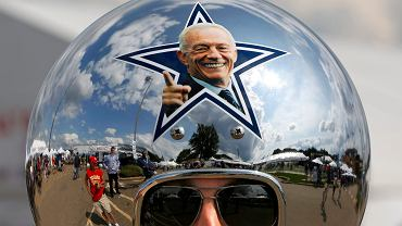 Gregg Wilson, fan drużyny futbolowej Dallas Cowboys w hełmie ze zdjęciem Jerry'ego Jonesa, właściela drużyny, podczas wizyty w galerii sław futbolu amerykańskiego Pro Football Hall of Fame w Canton, w USA, 05.08.2017 r.