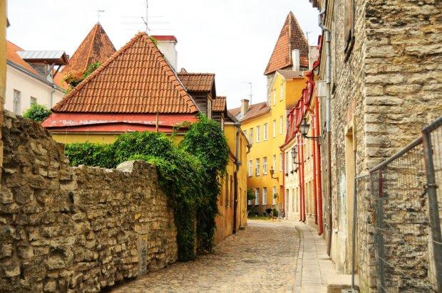 Jedna ze starych uliczek magicznego Tallina, Andrey Kutsenko / shutterstock.com
