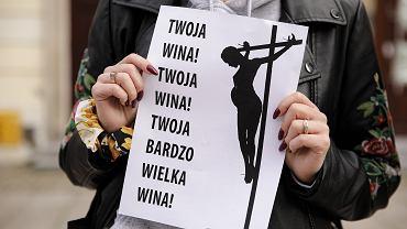 Protest Strajku Kobiet pod kościołem św. Krzyża w Warszawie
