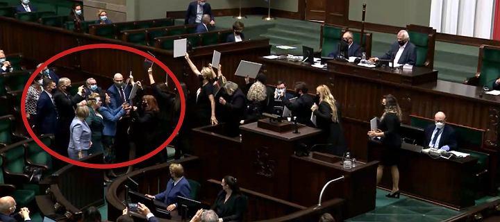"""Straż Marszałkowska """"chroniła"""" Kaczyńskiego, broniły go też posłanki PiS"""