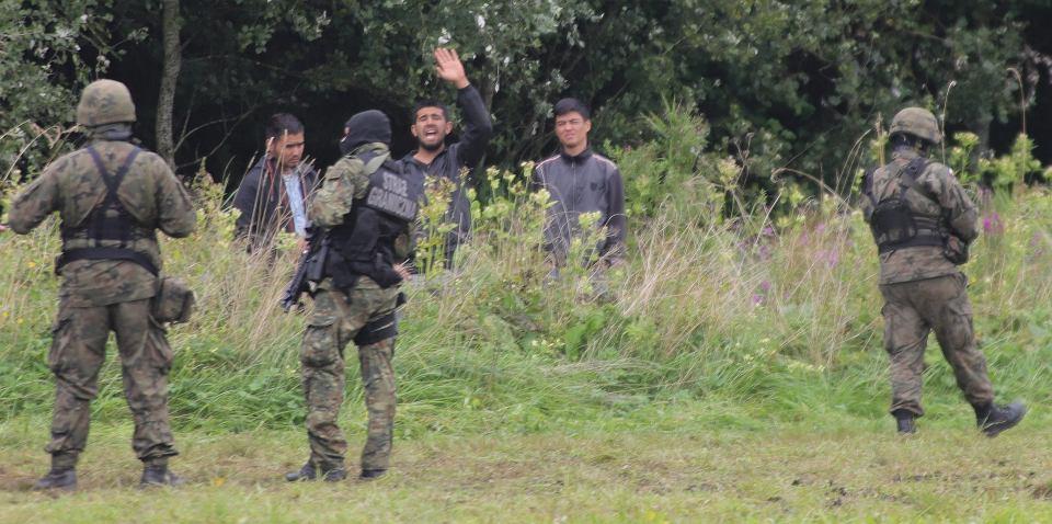Usnarz Górny. Piątek (27 sierpnia) Wolontariusze z Fundacji Ocalenie próbują nawiązać kontakt z grupą uchodźców przetrzymywanych na granicy