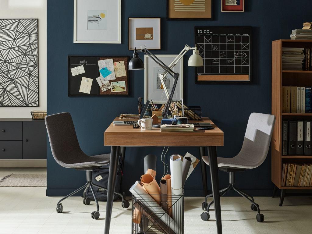 Idealne rozwiązanie dla rodzeństwa w jednym pokoju to biurko przylegające do ściany tylko jednym bokiem