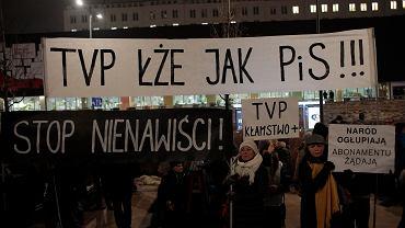 Protest przeciwko propagandzie w TVP w Warszawie