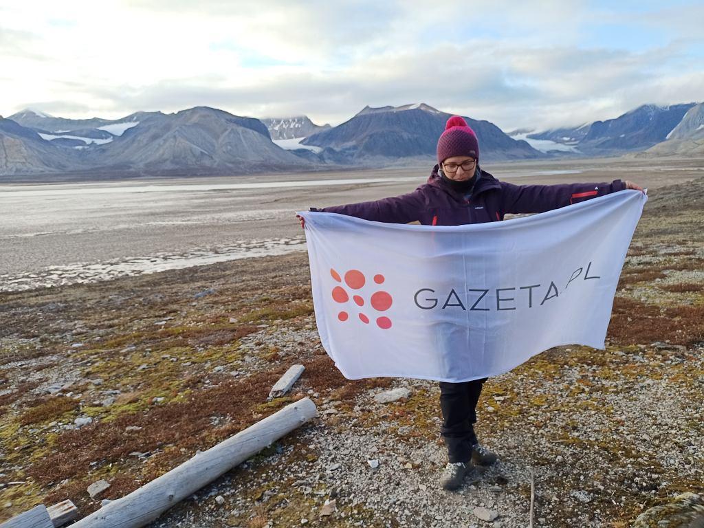Maria Mazurek na Spitsbergenie. Od lewej widać lodowce: Ferdynand, Sven i Horbye