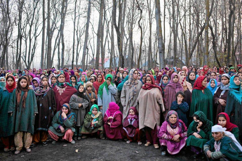Kaszmir, pogrzeb Muhammada Shafiego Bhata. Funkcjonariusz paramilitarnej jednostki Central Reserve Police Force służył w środkowoindyjskim stanie Chhattisgar. Zginął podczas zamachu tzw. naksalitów, maoistów, którzy zaczynają zapuszczać się poza macierzysty Bengal