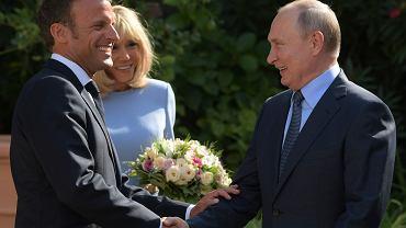 Emmanuel i Brigitte  Macronowie witają Putina w prezydenckiej rezydencji Fort de Bregancon
