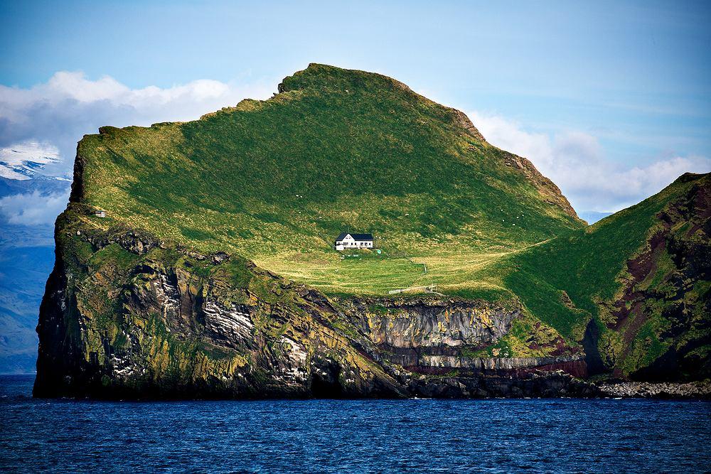 W 1953 roku na wyspie powstał dom myśliwski, który do dziś może poszczycić się jedną z najbardziej zachwycających lokalizacji na świecie