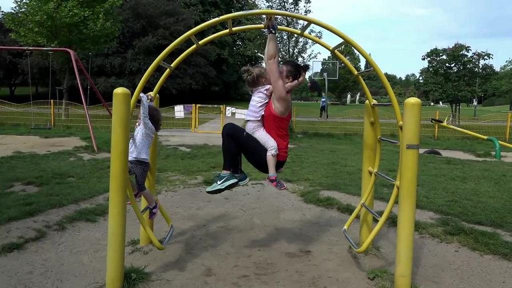 Ćwiczyć można dosłownie wszędzie. Nawet na placu zabaw!
