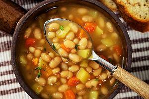 Tradycyjna zupa fasolowa z wędzonym boczkiem