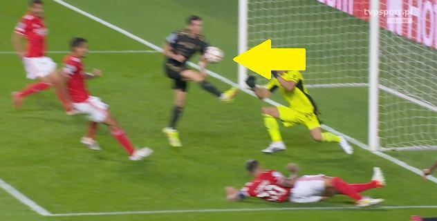 Lewandowski mógł mieć dwa gole! VAR uratował Benfikę [WIDEO]