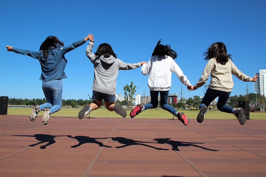Zabawy i gry ruchowe dla dzieci to świetny sposób na wypełnienie wolnego czasu. Zdjęcie ilustracyjne.