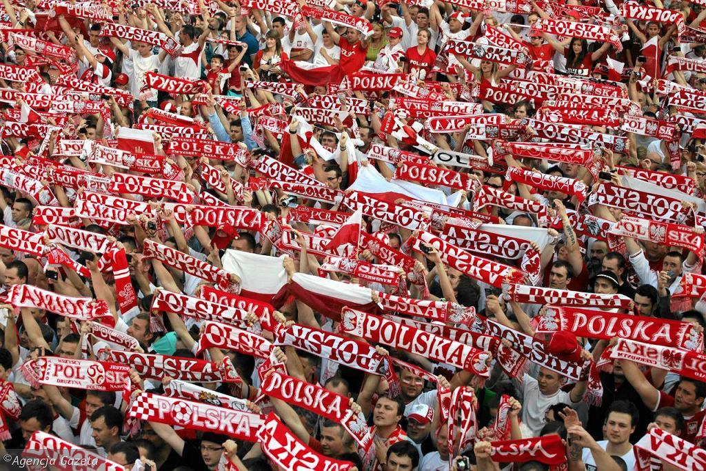 Warszawa bez strefy kibica na Euro 2016. Na zdjęciu tłum kibiców w strefie kibica na placu Defilad w 2012 roku