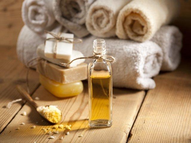 Olejek z orzeszków makadamia nadaje się między innymi do masażu. Mieszając go z solą morską przygotujesz natomiast świetny peeling antycellulitowy.