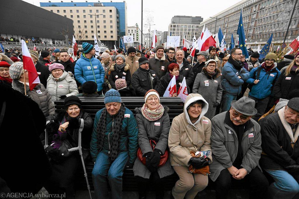 Manifestacja Komitetu Obrony Demokracji na pl. Powstańców Warszawy