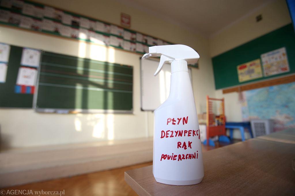 Powrót starszych dzieci do szkół nie jest pewny. Możliwe, że czeka nas trzecia fala pandemii
