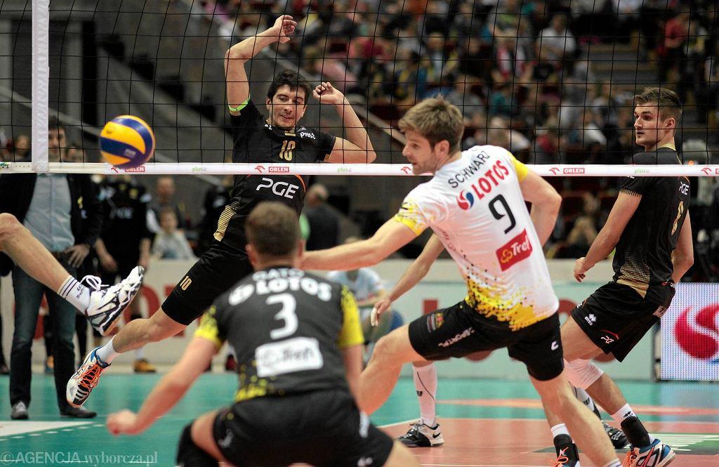Gdańszczanie dzielnie walczyli o każdą piłkę. Lotos Trefl Gdańsk - PGE Skra Bełchatów 1:3. Piotr Gacek z nr 3 na koszulce
