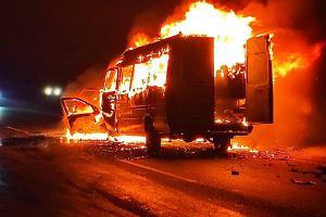 Tragiczny wypadek busa koszykarek Stali Brzeg. Jedna osoba zginęła w pożarze
