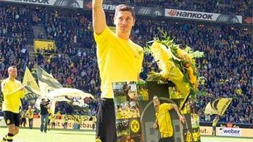 Robert Lewandowski z pamiątkową tablicą