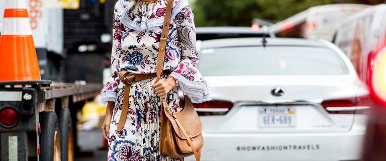 Ubrania w modne wzory na wiosnę 2021 z rabatem nawet 75%. Sukienka w kwiaty to przyjaciółka każdej kobiety