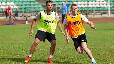 Stomil podczas treningu na stadionie w Kortowie. Tomasz Wełna (z lewej).