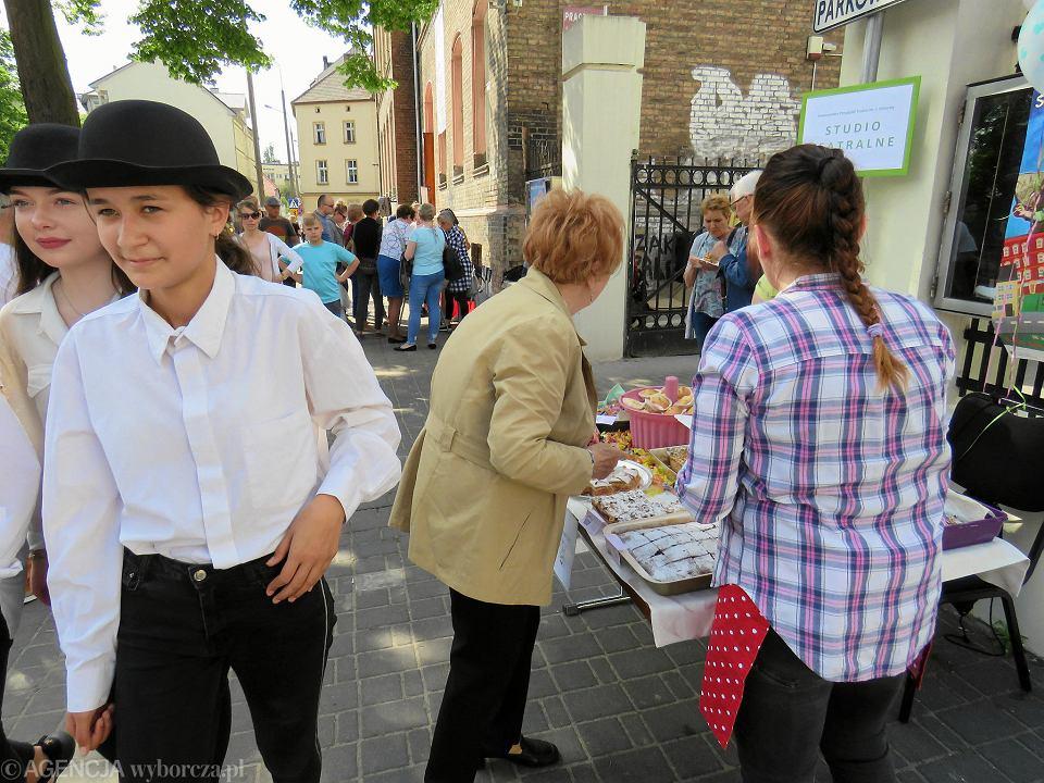 Zdjęcie numer 45 w galerii - Wielka zabawa na niezwykłej ulicy. Teatralna bawi się na całego [ZDJĘCIA]