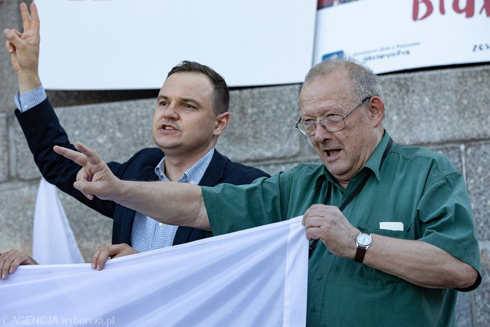 Adam Michnik i Aleś Zarembiuk z Domu Białoruskiego podczas manifestacji 'Wolna Warszawa dla wolnej Białorusi', 15 sierpnia 2020 r.