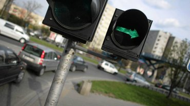 Warszawa. Zielona strzałka na skrzyżowaniu Rozbrat i Książęcej