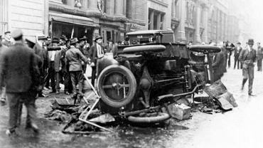 Scena pierwszego znanego zamachu bombowego z użyciem pojazdu kołowego, 16 września 1920 r. Detonując wóz konny przed nowojorskim bankiem, anarchista Mario Buda chciał pomścić towarzyszy zamkniętych w amerykańskich więzieniach. Zabił 31 przypadkowych osób.
