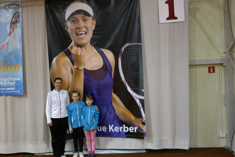Karolina Gołda (w środku) i trener Katarzyna Chmielewska