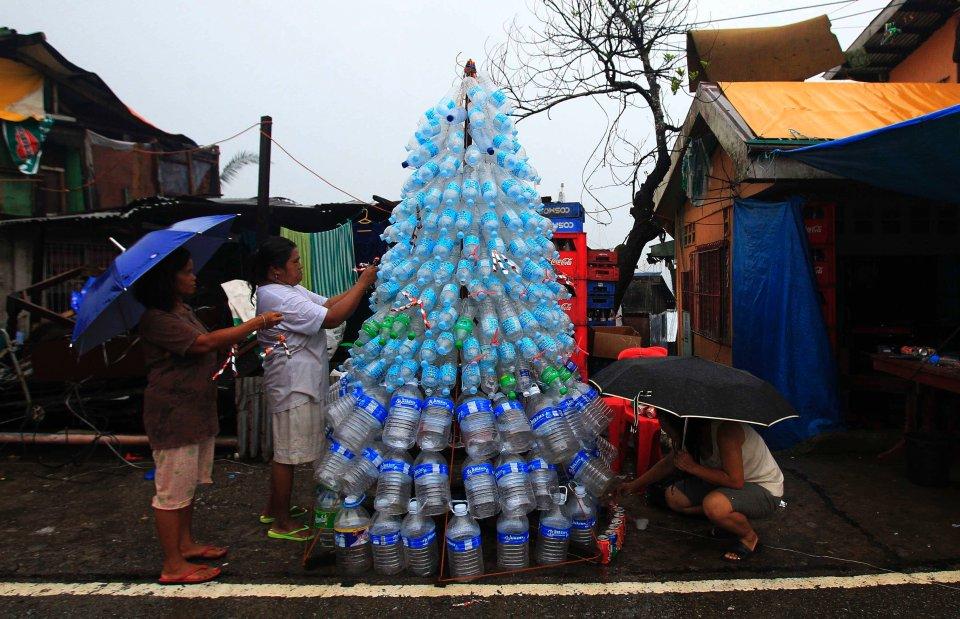 W listopadzie Filipiny padły ofiarą potężnego tajfunu Haiyan. W wyniku kataklizmu zginęło ponad 5 tys. osób, a wiele wiecej zostało pozbawionych domu i dorobku życia. Mimo niedawnej tragedii Filipińczycy postanowili świętować Boże Narodzenie na tyle, na ile jest to możliwe. Na zdjęciu: udekorowana pustymi butelkami choinka w Anibong.
