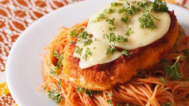 Kurczak po parmeńsku, czyli połączenie kotletów z piersi i spaghetti. Mamy przepis